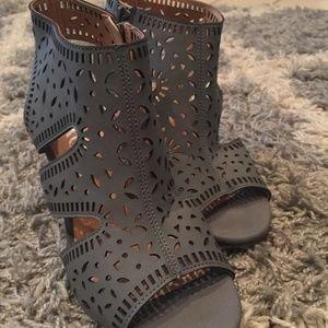 XOXO Womens Bloom Sz.6 Perforated Zip Block Heel